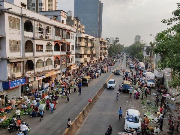 शनिवार सुबह दादर बाजार में भारी भीड़ देखी गई।
