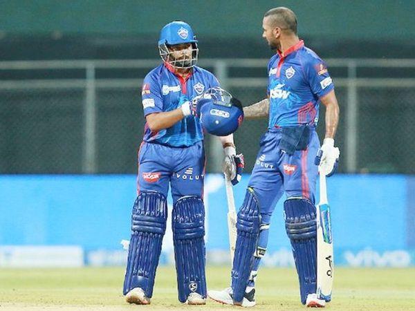 डीसी टीम के सलामी बल्लेबाज पृथ्वी शॉ और शिखर धवन के बीच 138 रन की साझेदारी हुई।