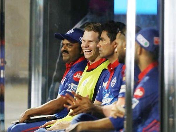दिल्ली के कप्तान स्टीव स्मिथ और सहायक कोच मोहम्मद कैफ डगआउट में बैठे हैं।