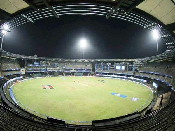 कोरोना महामारी के बाद मुंबई के वानखेड़े स्टेडियम में एक भी दर्शक के बिना मैच खेला गया।