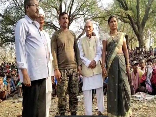 धर्मपाल सैनी कमांडो राकेश्वर के साथ।  यह तस्वीर बीजापुर के एक गाँव की है जहाँ नक्सलियों ने कमांडो को मुक्त कराया।