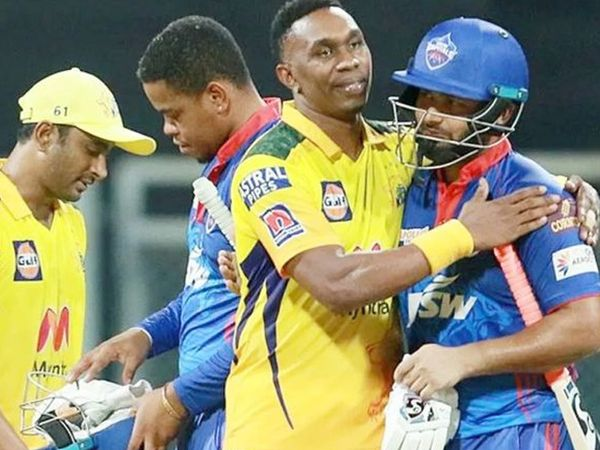 मैच जीतने के बाद, पंत को चेन्नई के ऑलराउंडर ड्वेन ब्रावो ने बधाई दी।