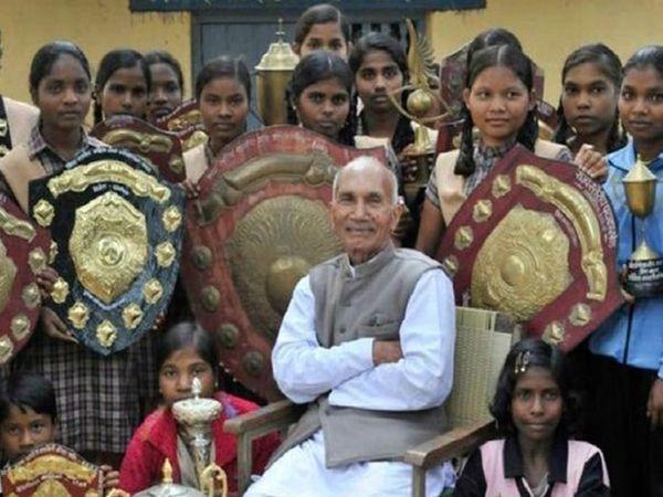 हर साल, सैनी के आश्रम में पढ़ने वाली लड़कियों को खेल और अन्य गतिविधियों में पुरस्कार मिलते हैं।