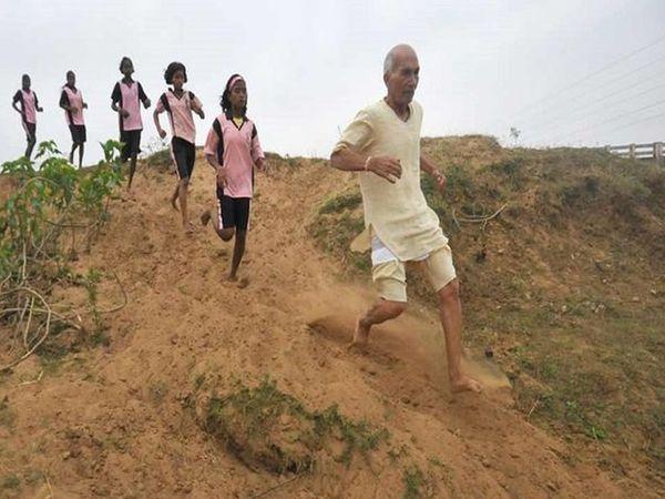 ताऊजी खुद के साथ-साथ लड़कियों का शारीरिक प्रशिक्षण भी लेते हैं।