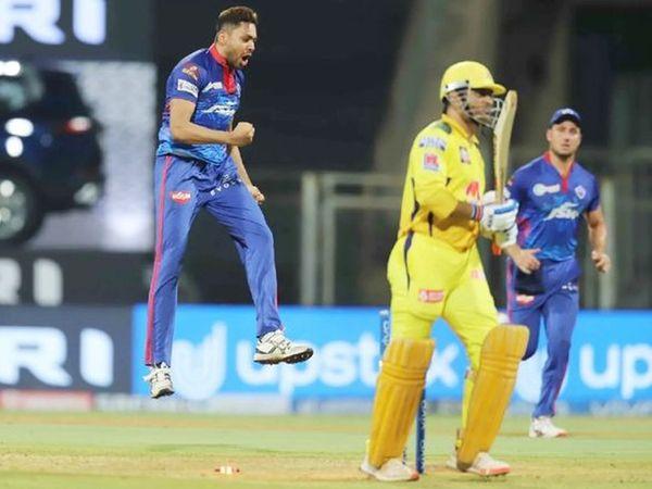 तेज गेंदबाज अवेश खान ने धोनी को क्लीन बोल्ड किया।