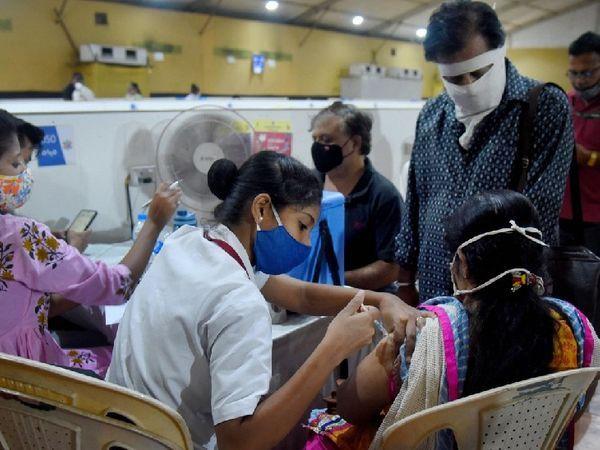 मुंबई में एक निजी टीकाकरण केंद्र पर टीकाकरण को दो दिनों के लिए निलंबित कर दिया गया है।  आज यह फिर से शुरू हो गया है।