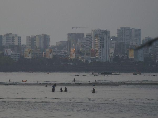 रविवार को मुंबई में तालाबंदी के बीच, कुछ लोग प्रतिबंध तोड़ते हुए माहिम बीच पर समुद्र में नहाते देखे गए।