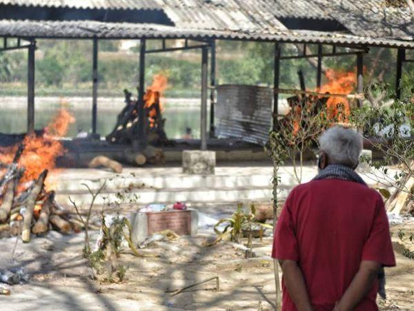 लखनऊ के गोमती घाट पर कब्रिस्तान में तेंदुओं को जलाते हुए