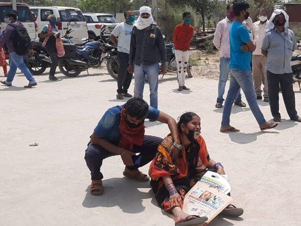 पटना के NMCH में मंगलवार को एक कोरोना संक्रमण के बाद परिवार सड़क पर रोता है