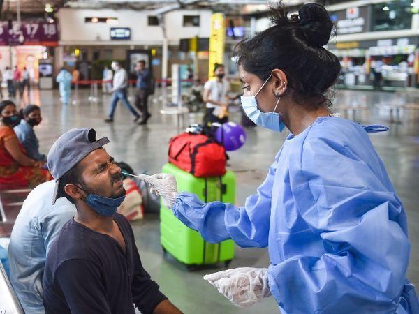 रेलवे स्टेशनों पर कोरोना परीक्षण के लिए यात्रियों का नमूना लिया जा रहा है।  फोटो मुंबई के CSMT स्टेशन की है।