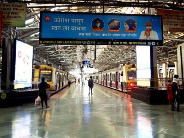 भीड़ को नियंत्रित करने के लिए रेलवे द्वारा सख्ती करने का असर अब देखा जा रहा है।  स्टेशनों पर भीड़ नहीं देखी जाती और सामाजिक दूरी भी देखी जाती है।
