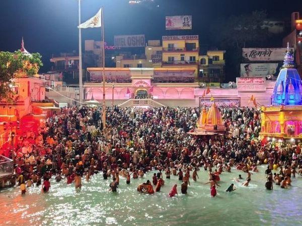 कुंभ में चल रहे शाही स्नान में, सामाजिक दूरी के झंडे उड़ रहे हैं।  प्रशासन ने भी माना है कि इतनी भीड़ में दूरी तय करने जैसे दिशानिर्देशों का पालन करना संभव नहीं है।