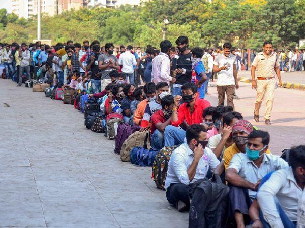 મંગળવારે મુંબઈના LTT સ્ટેશન પર આવી ભીડ જોવા મળી હતી. પ્રતિબંધો વધવાની સાથે જ પ્રવાસીઓ દ્વારા ઘરવાપસીનો સિલસિલો વધી રહ્યો છે.