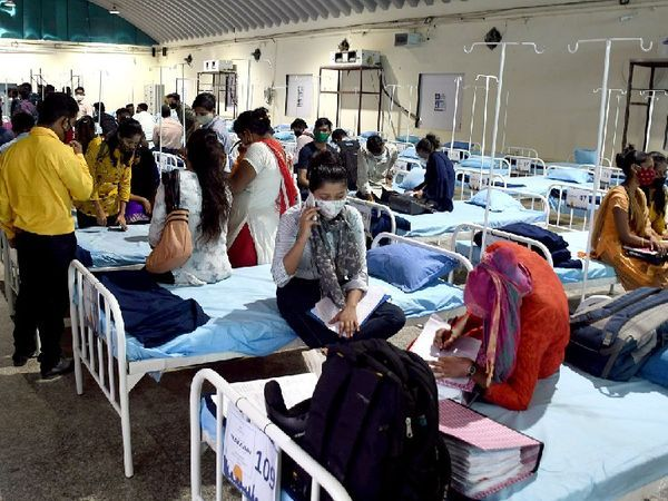 ફોટો મુંબઈના એક કોવિડ સેન્ટરનો છે. સતત વધતાં દર્દીઓને ધ્યાનમાં રાખીને BMC કોરોના બેડ વધારવાની સ્ટ્રેટેજી બનાવી રહ્યું છે.