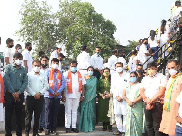 મેયર, સીઆર પાટીલ સહિતના નેતાઓએ ટોળે વળીને ફોટોગ્રાફી કરાવી હતી. - Divya Bhaskar