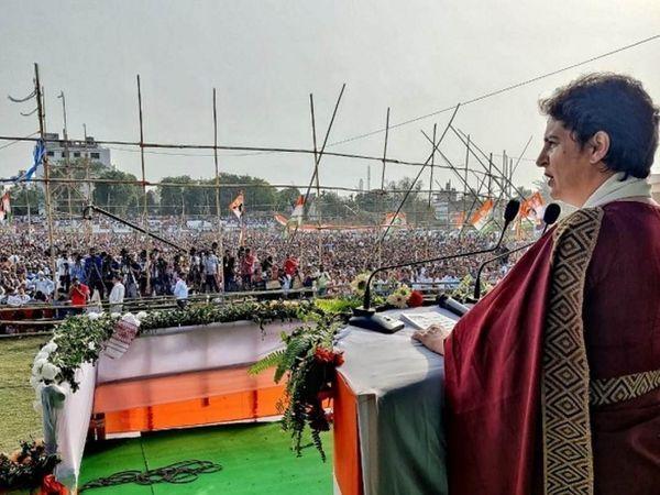 फोटो असम की है।  कांग्रेस नेता प्रियंका गांधी यहां एक चुनावी रैली को संबोधित करते हुए।  रैली में कोरोना के नियम भी निर्धारित किए गए थे।  लोग बिना मास्क के नजर आए।