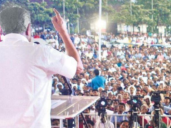 केरल में एक जनसभा को संबोधित करते मुख्यमंत्री पिनाराई विजयन।  सीएम की रैलियों में भी 90% लोग बिना मास्क के आए थे।  खुद सीएम वर्तमान में कोरोना से संक्रमित हैं।
