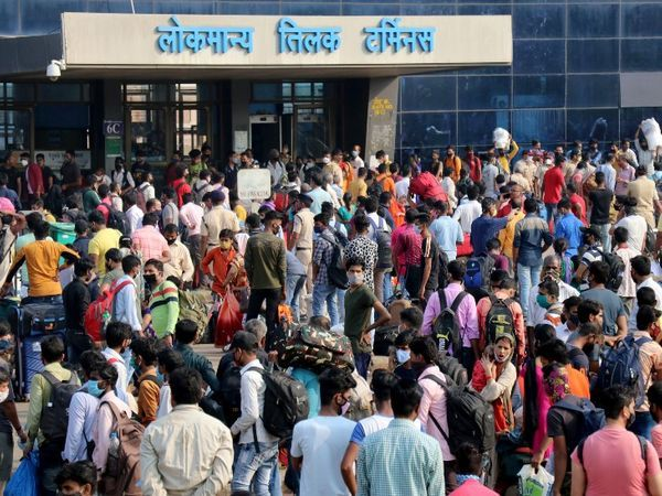 इस प्रकार की भीड़ LTT स्टेशन के बाहर देखी जाती है जब भी कोई ट्रेन उत्तर प्रदेश या बिहार जा रही होती है (यह तस्वीर बुधवार दोपहर की है)।
