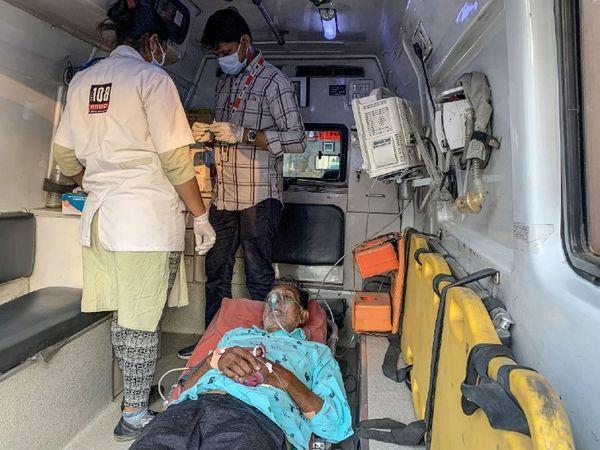 फोटो गुजरात के अहमदाबाद शहर की है।  चूंकि यहां अस्पतालों में बेड नहीं हैं, इसलिए एम्बुलेंस में ही कोरोना के मरीजों का इलाज शुरू किया गया है।