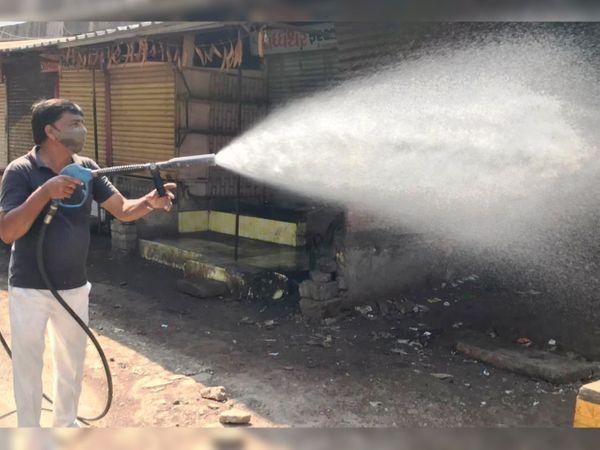 ઊનામાં કોરોનાનાં કેસ વધતા બજારો સેનેટાઇઝ કરાઇ હતી. - Divya Bhaskar