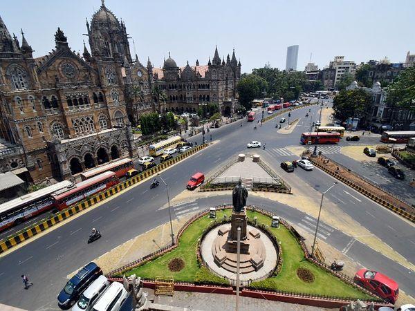 मुंबई के छत्रपति शिवाजी महाराज टर्मिनस के बाहर की सड़क चिकनी है।  इस सड़क पर सामान्य दिनों में देर रात तक भी भारी यातायात होता है।