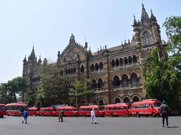 मुंबई के सीएसटी बस स्टैंड पर लॉकडाउन के बीच खड़ी बसें।