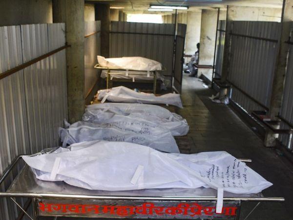 फोटो सूरत की है।  कोरोना में जान गंवाने वालों के शवों को अंतिम संस्कार के लिए कतार में खड़ा होना पड़ता है।  हर दिन 18 से 20 लोग यहां मर रहे हैं।
