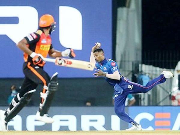 हार्दिक पांड्या ने हैदराबाद के कप्तान डेविड वार्नर और अब्दुल समद को रन आउट किया।