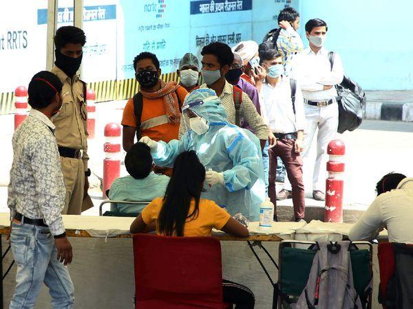 આ ફોટો નવી દિલ્હીના આનંદ વિહાર બસ ટર્મિનલનો છે. વીકએન્ડ કર્ફ્યુ દરમિયાન અહીં આવનારા મુસાફરોનો કોરોના ટેસ્ટ કરવામાં આવી રહ્યો છે.
