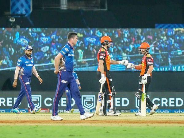 हैदराबाद के सलामी बल्लेबाज डेविड वार्नर और जॉनी बेयरस्टो ने 44 गेंदों पर 67 रन की साझेदारी की।  कोरोना के बीच स्टेडियम में वर्चुअल प्रशंसक मौजूद थे।