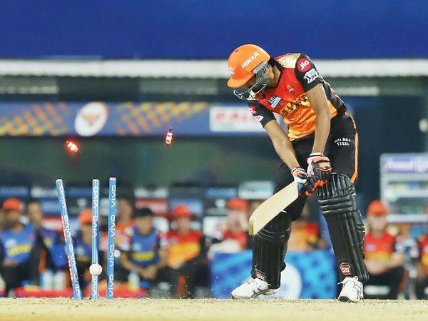 हैदराबाद का आखिरी विकेट खलील अहमद की तरह गिरा।  ट्रेंट बोल्ट ने इसे बोल्ड किया।