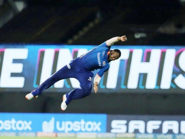 कीरोन पोलार्ड ने कैच के लिए डाइविंग की।  हालांकि, वह गेंद से काफी दूर थे।