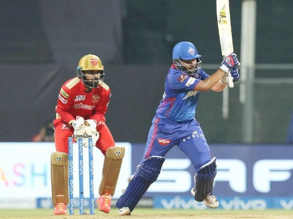 पृथ्वी शॉ ने 17 गेंदों में 32 रन बनाए।