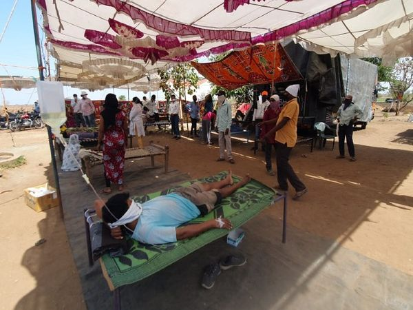 महाराष्ट्र-गुजरात सीमा के साथ दर्जनों गाँवों में टाइफाइड फैल गया है।  सैकड़ों लोगों का इलाज चल रहा है और अभी भी मरीज आना बंद नहीं कर रहे हैं।