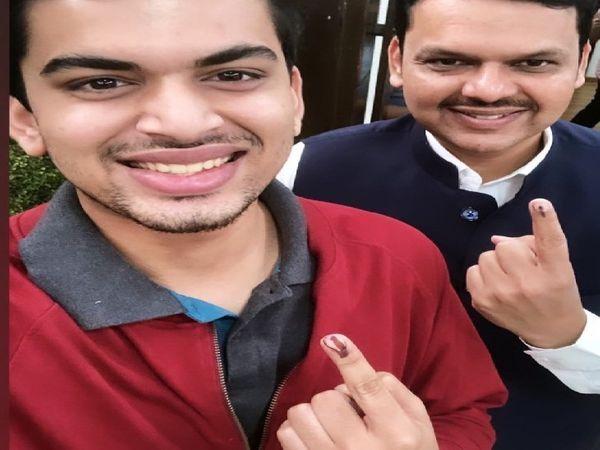 तन्मय और देवेंद्र फड़नवीस की यह तस्वीर विधानसभा चुनाव में मतदान के बाद की है।