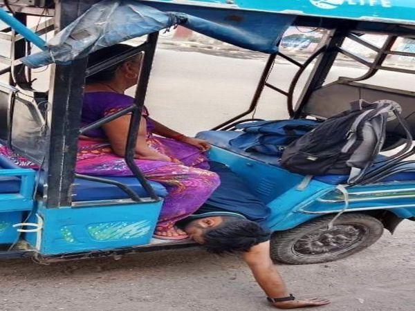 ઇ-રિક્ષામાં બેઠેલાં વિનીતનાં માતા. - Divya Bhaskar