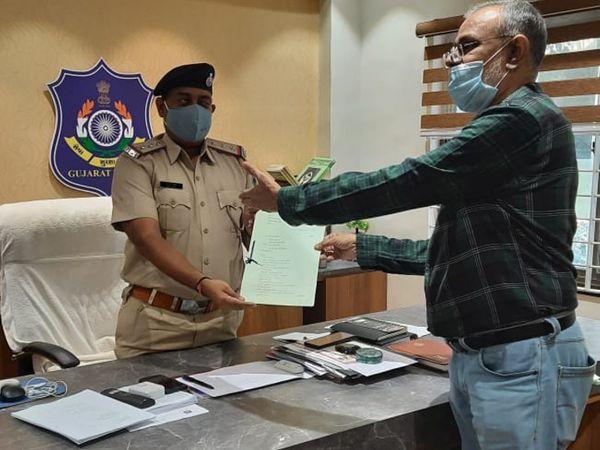 राजकोट कांग्रेस ने विभिन्न पुलिस स्टेशनों में आवेदन किया।