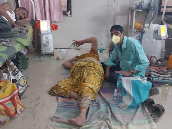 दमोह अस्पताल में कोरोना के मरीजों का इलाज जमीन पर लेटकर किया जाता है।
