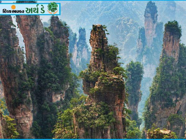 आपको अवतार फिल्म तो याद ही होगी।  ये खड़ी पहाड़ियों की तरह खड़ी पहाड़ियाँ हैं।  यह नजारा चीन के झांगजियाजी नेशनल फॉरेस्ट पार्क का है।  इन बलुआ पत्थरों के सर्वोच्च शिखर की लंबाई 1080 मीटर है।  2010 में अवतार फिल्म रिलीज़ होने के बाद शिखर का नाम बदलकर अवतार हाइलुजाह रखा गया।
