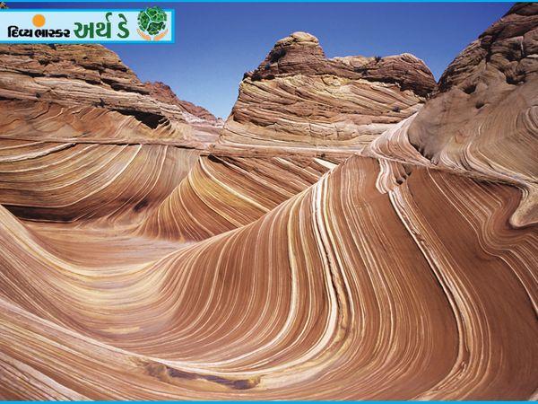 यह दृश्य मंगल ग्रह का नहीं बल्कि अमेरिका के एरिजोना में द वेव ऑफ सैंडी रॉक्स का है।  लगभग 19 मिलियन वर्ष पहले, जुरासिक युग में, रेत के टीले सिकुड़ गए और चट्टानों में बदल गए।  इन पत्थरों पर हवा के प्रवाह और बारिश के क्षरण के कारण चट्टानें बनी हैं जो विभिन्न तरल पदार्थों का अवलोकन करती हैं।