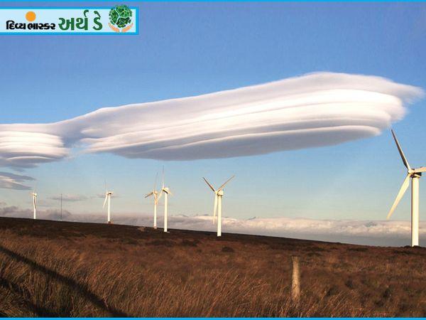 हैरान मत होइए, यह किसी और ग्रह का नहीं बल्कि बादल है।  इन्हें लेंटिक्यूलर क्लाउड कहा जाता है।  इसमें डिस्क की तरह एक दूसरे को मोड़ना, इस तरह की आकृति बनाना शामिल है।  ये बादल वायुमंडल के सबसे कम वापसी वाले क्षोभमंडल में बनते हैं।  ज्यादातर लोग ऐसे बादलों को यूएफओ समझते हैं।