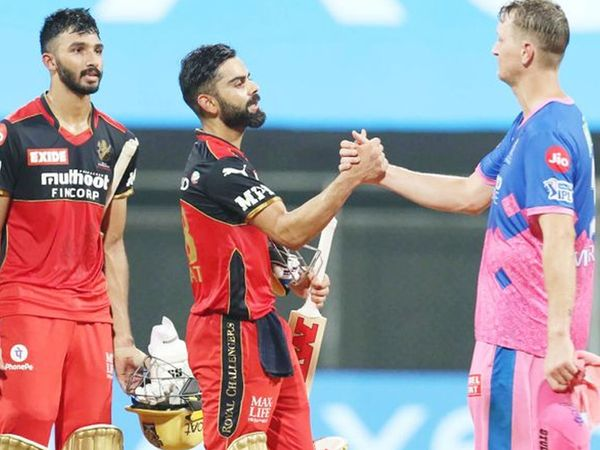 मैच जीतने के बाद विराट कोहली ने RR के गेंदबाज क्रिस मॉरिस से हाथ मिलाया।  मॉरिस पिछले सीजन में आरसीबी टीम का हिस्सा थे।