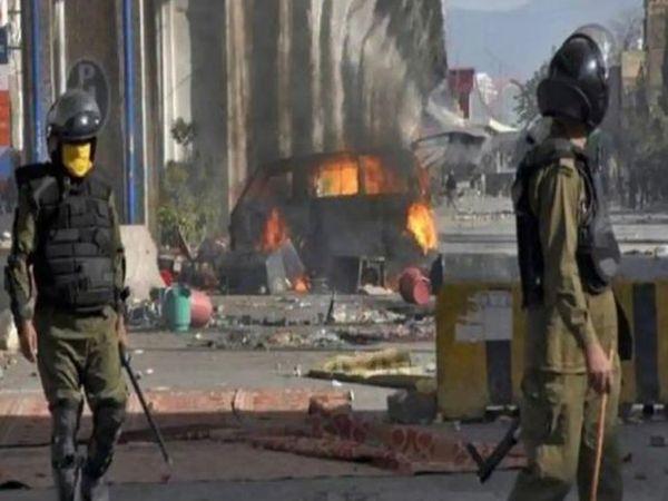 टीएलपी समर्थकों ने पुलिस स्टेशनों पर हमला किया और पुलिसकर्मियों को लाहौर सहित पंजाब के कई शहरों में बंधक बना लिया।