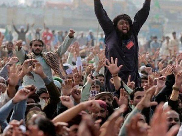 हिंसक प्रदर्शन के दौरान तहरीक-ए-लब्बैक (टीएलपी) के प्रमुख साद रिज़वी।  ये लोग पाकिस्तान से फ्रांस के राजदूत को हटाने की मांग कर रहे हैं।