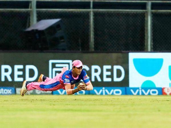 सफल जायसवाल ने शानदार कैच लपका और सुनील नारायण को मात्र 6 रन पर पवेलियन का रास्ता दिखा दिया।