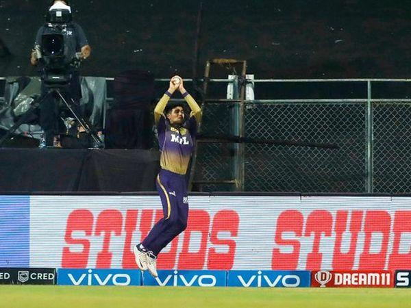 शुभमन गिल ने राहुल तेवतिया को बाउंड्री लाइन पर कैच कराने का असफल प्रयास किया।  उन्होंने पकड़े जाने के बाद गेंद को अपने हाथ से बाहर फेंक दिया।  उन्हें लगा कि ईनो का पैर सीमा रेखा को छू गया है।
