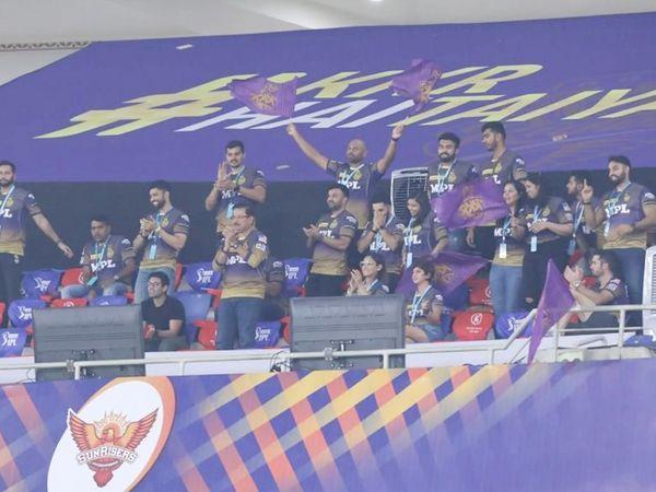 केकेआर टीम के सीईओ वीके मैसूर भी मैच देखने पहुंचे।  टीम स्टाफ स्टैंड पर।