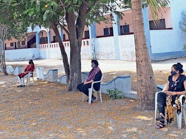 આઈસોલેશન સેન્ટરમાં નિ:શુલ્ક સારવાર લઈ રહેલા કોરોનાના દર્દીઓ. - Divya Bhaskar