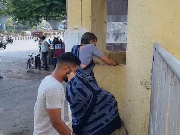 ગેટ બંધ હોવાથી બાજુમાંથી કૂદીને લોકો અંદર પ્રવેશ કરે છે.