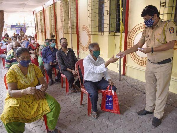 મુંબઈમાં વેક્સિનેશન સેન્ટર પર વેક્સિન લેવા માટે લોકોની લાઇન લાગી રહી છે.